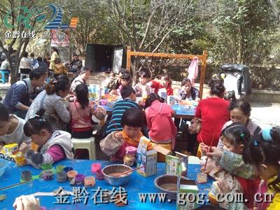黔灵公园露天画坊坐满小孩