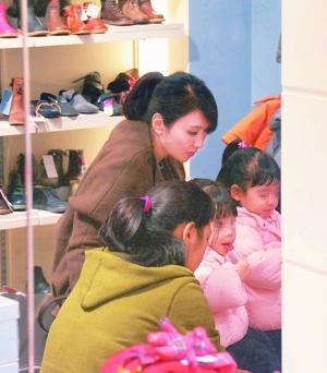黎姿携双胞胎女儿逛名品店