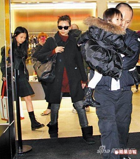 邱淑贞携老公及三女儿购物 20分钟买7大袋名牌(图)