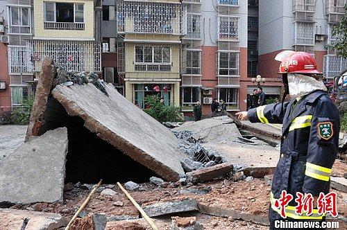 2月17日下午1时许,重庆市巴南区一居民区的化粪池发生爆炸,一对正在放鞭炮的父子落入化粪池中,父亲不幸身亡,4岁儿子受伤。爆炸疑因燃放鞭炮所致。图为爆炸现场。中新社发 张东清 摄