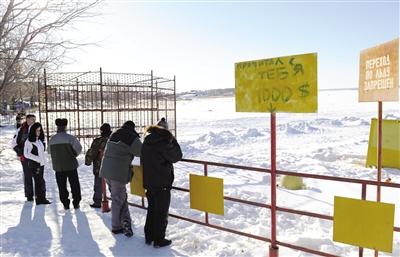 16日,俄罗斯车里雅宾斯克州,警方封锁了通往切巴尔库尔湖的道路。此前有传闻称切巴尔库尔湖被陨星碎片砸出一个窟窿,但俄官方并未在此发现陨星碎片。