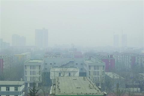 据新华社北京2月17日电17日清晨,北京、天津、河北、河南等地发布大雾预警。北京部分地区能见度不足500米,空气质量为中度或重度污染,一些市民在早高峰戴口罩出行。