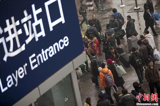资料图。近日,多地出现的雨雪天气导致部分火车站中短途客流暴增,铁路部门提示旅客合理安排出行计划,预留足够的中转换乘时间。