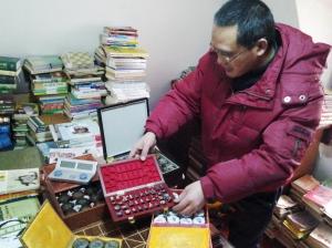 王健的象棋收藏。 傅春扬 摄