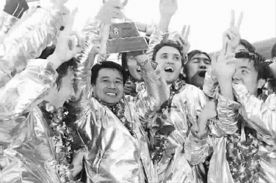 申花2003年夺得末代甲A冠军时的一幕,如今看来颇具讽刺意味