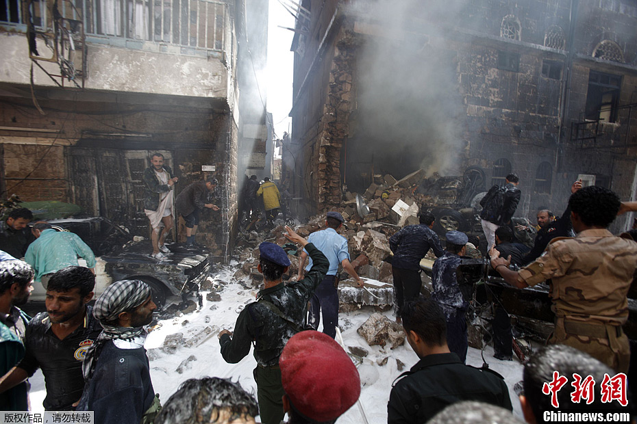 也门一军机在首都坠毁 已造成数十人死伤
