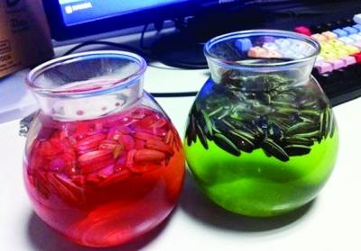 """上海发现的""""染色瓜子"""",浸泡半小时后,绿茶瓜子水全变绿,红茶瓜子水都变红。"""