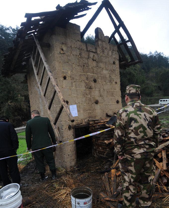 记者19日从麻江县委宣传部了解到,2月18日17时40分左右,当地村民发现5名男孩时,4人已死亡,1名重伤儿童在送往医院救治时因抢救无效死亡。5名男孩中最大的6岁,最小的4岁,其中4名为布依族、1名为苗族,分别来自5个家庭,且均为麻江县碧波乡朝阳村人。图为2月19日,事发烤烟棚。