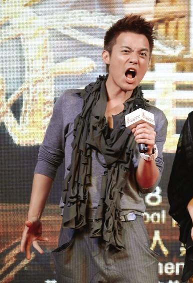 虽然在片中遭遇险情,但范逸臣与范文芳两位主演在现场的表现却相当开心。