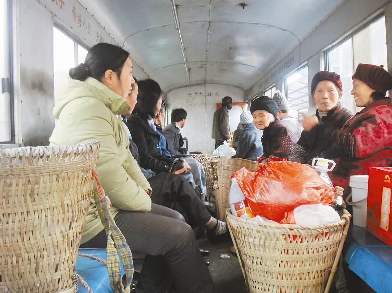 广元/图为村民坐小火车赶场。
