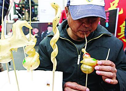 萝卜雕刻 从厨师到艺人   提起萝卜会,很多人还对萝卜雕刻大赛记忆