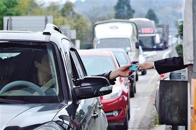"""!diantou!#日前,市民瞿先生致电""""党报热线""""88869996,说自己开车去福建办事,结果回温州的路上,在甬台温高速苍南服务区发卡点堵了很久,等待发卡的车辆都排到了主干道上。"""