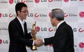 图文:LG杯颁奖现场 时越开心接过奖杯
