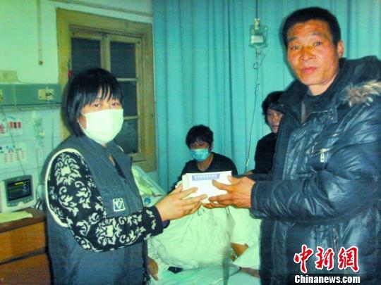 图片说明:姜德强右将药送到病人亲属手中姜德强供图