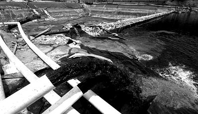 ?2010年7月,福建紫金矿业紫金山铜矿湿法厂发生铜酸水渗漏事故,造成汀江部分水域严重污染,事故被瞒报9天。(资料图片)图/CFP
