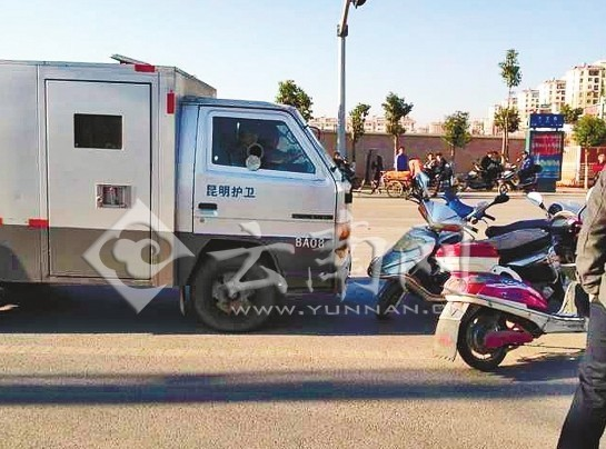 被打市民用电单车堵住护卫车去路