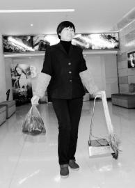 2月20日,郑冬花拎着观众丢失的物品寻找失主。 周科/摄