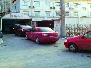元宵节前,外出的市民陆续回到北京,把车洗得干干净净迎佳节,是很多车主的心愿,因此,洗车店门前也都排起了长龙。本报记者 甘南摄 J216