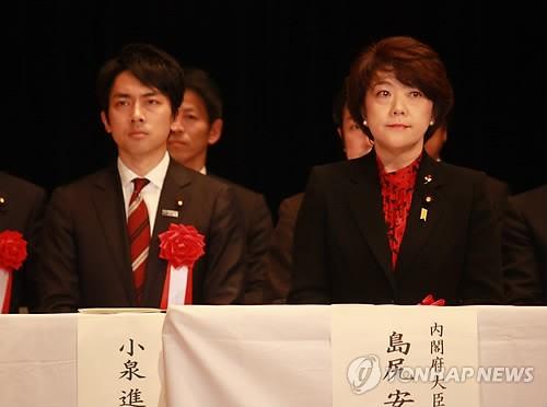 左为小泉纯一郎之子小泉进次郎