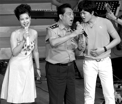 李天一和父母同台演出。图/CFP