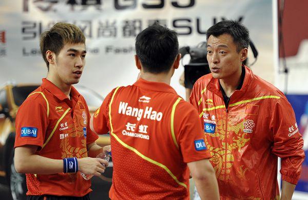 图文:2013卡塔尔乒乓球赛 秦志戬指导王皓