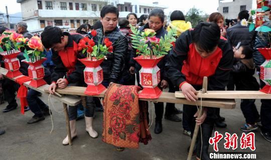 图为2月23日,上饶县石人乡村民抬着板凳龙迎元宵佳节。艾世民 摄