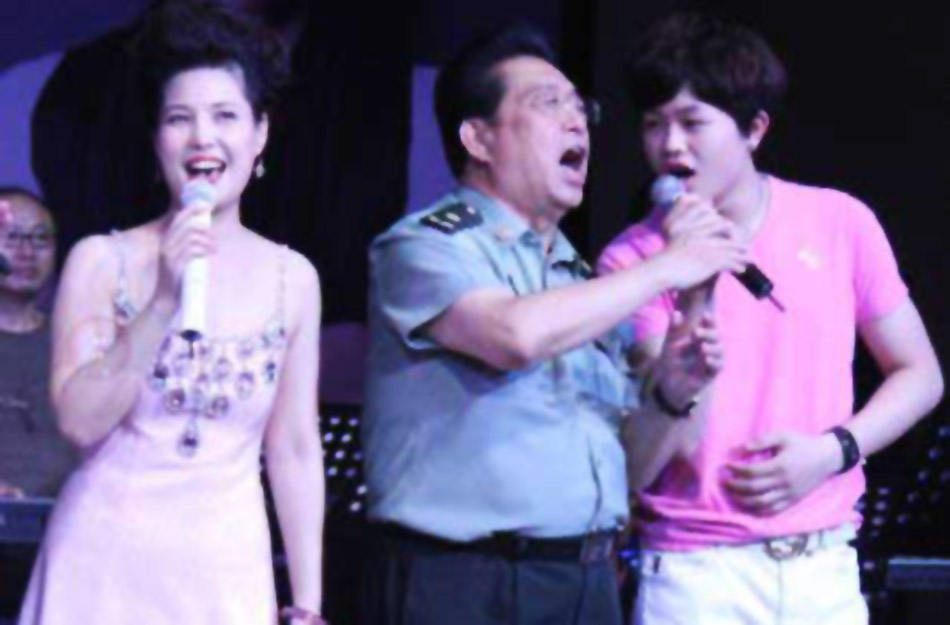 李双江梦鸽带着李天一演唱.图片
