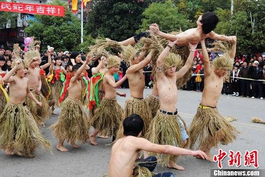 现代街舞融入土家茅古斯舞。中新社发 杨华峰 摄