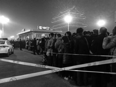 昨日18时30分,由于人流压力太大,地铁前门站临时限流。史丽 摄