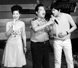 2011年8月19日,李某(右一)在北京举行假期音乐会,李双江、梦鸽到现场为儿子助阵。CFP 图