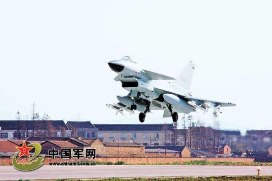 战机挂弹起飞。蔡 博摄