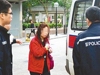 涉案祖母被警员带署扣查。香港《文汇报》