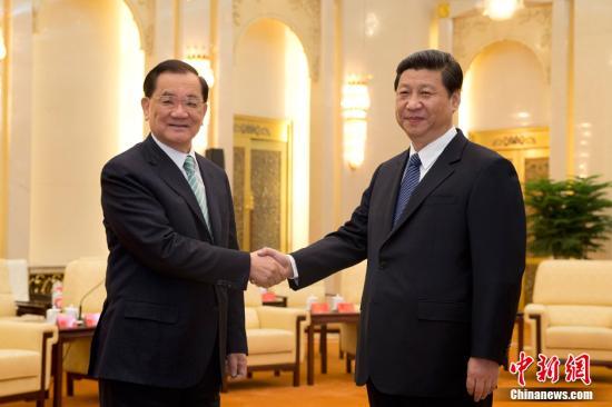 2月25日,中共中央总书记习近平在北京人民大会堂会见中国国民党荣誉主席连战。中新社发 盛佳鹏 摄