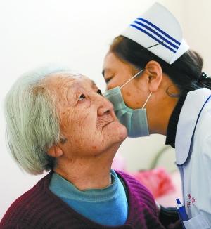 北京/北京松堂临终关怀医院护士长袁捷和老人交谈。