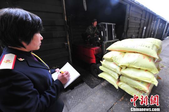 连日来,南昌铁路局鹰潭车站南站货场内一片繁忙,车站工作人员正在抢运化肥、农药、种子等春耕物资。胡南 摄