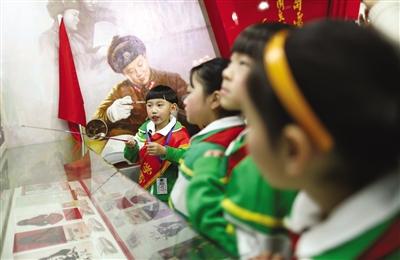 """新京报讯 (记者王佳琳 杜丁)昨天是中小学开学第一天,部分中小学结合""""勤俭节约""""、""""雾霾天气""""等时下热点话题,为学生开启了新学期第一课。"""