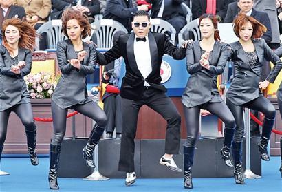 新华社专电 韩国首尔时间25日零时(北京时间24日23时),朴槿惠从前总统李明博手中接过权力棒。当时,位于首尔市中心的普信阁鸣钟,象征朴槿惠成为韩国第18任总统。