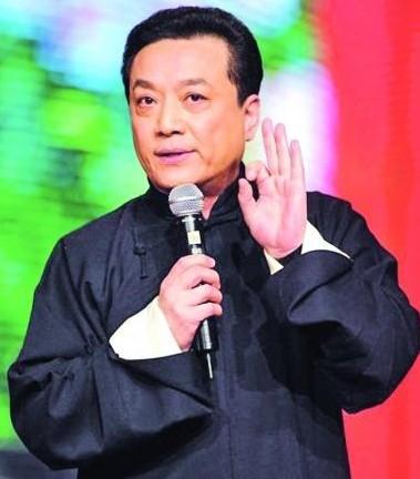 冯巩祭拜相声演员王平 作息不规律成杀手