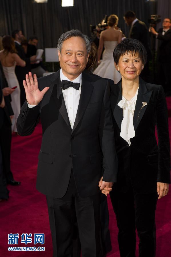 国好莱坞举行的第85届奥斯卡奖颁奖典礼开始前, 导演李安(左)