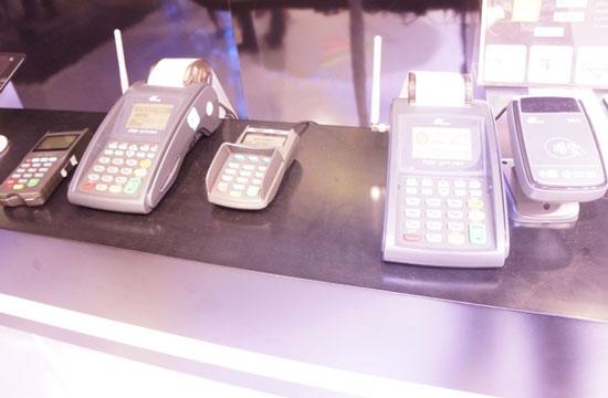 三台支持NFC支付的POS