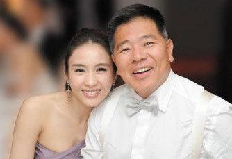黎姿情路坎坷,嫁给马廷强后却很幸福。马廷强是报业后人,家底是算富有,但在香港并不算是豪门。