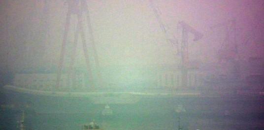 中国首艘航母离开大连港 最晚27日上午抵达青岛