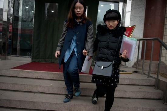 无码女同_2月25日,北京,女同情侣elsie和mayu前往婚姻登记处试图登记结婚,被