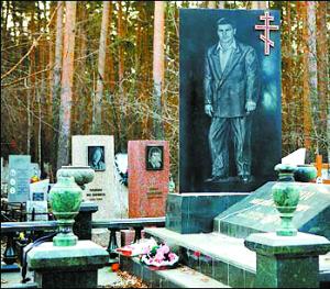 俄罗斯黑帮大佬的坟墓也极尽奢华