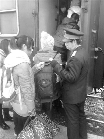 25日正月十六,在今年春运的最后一个客流高峰,记者登上从哈尔滨开往嫩江的4075次绿皮车,以一名临时乘务员的身份,体验乘务员们的酸甜苦辣。