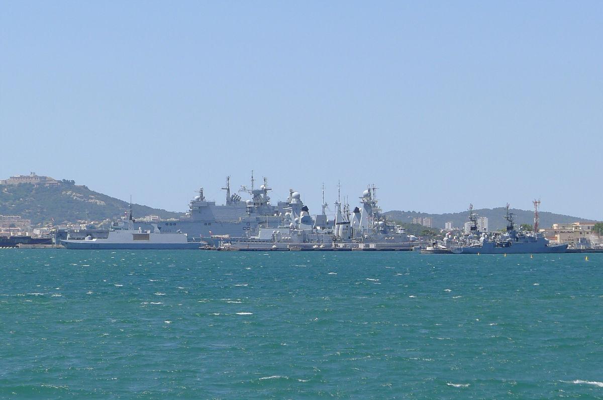 远眺法国土伦海军基地
