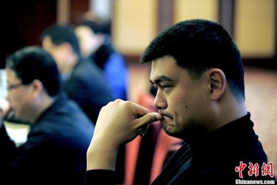 中新网2月27日电2013年2月27日,上海,姚明亮相上海,他将作为在沪全国政协委员新委员今日启程赴京参加即将举行的全国两会。