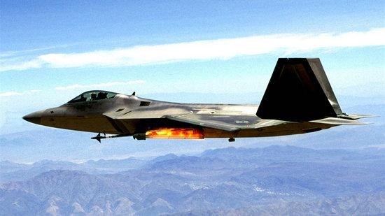 原文配图:美军F-22发射导弹瞬间。