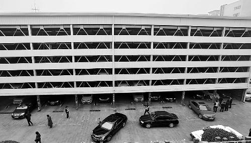 像楼房一样的升降横移式立体停车场容纳量远远超过普通的平面停车位.图片