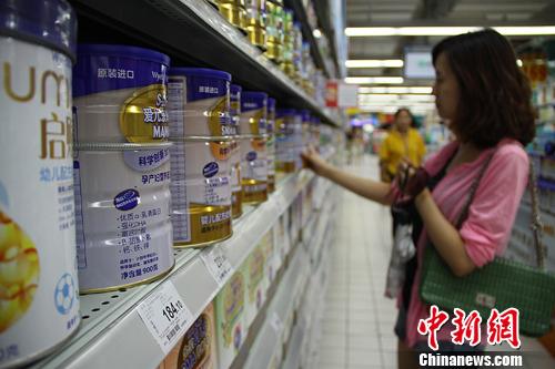 """3月1日起,香港""""限制奶粉出境""""新法规或将生效。届时,除非获工业贸易署发出出口许可证,否则个人将被禁止从香港输出供36个月以下婴幼儿食用包括奶粉或豆奶粉的配方粉。中新社发 杨华峰 摄"""